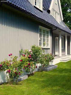 Bilderesultat for husfarge antikkgrå 1973 Safari, Garage Doors, Outdoor Decor, Garden, Facades, Home Decor, Homemade Home Decor, Garten, Gardening
