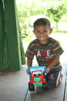 Niño embera del Lago Bayano (Panamá) feliz con su camión.