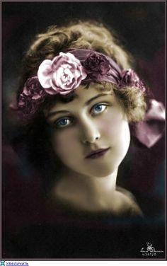 pink flowers on her head ~ vintage beauty Éphémères Vintage, Images Vintage, Decoupage Vintage, Vintage Ephemera, Vintage Girls, Vintage Pictures, Vintage Colors, Vintage Beauty, Old Pictures