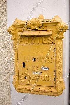 Boîte aux lettres début 1900 encore en service dans le département #TuscanyAgriturismoGiratola