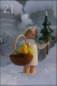 21. Türchen Abends Wendt und Kühn Engelchen mit Geschenkekorb und Weihnachtsbäumchen im Schnee in unserem Garten. Das 21. Türchen hatte ich versehentlich doppelt vergeben. Daher heute 2 Türchen.