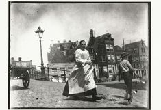 Straatgezicht op de kruising Lindengracht Lijnbaansgracht in Amsterdam, George Hendrik Breitner, Harm Botman, c. 1890 - c. 1910