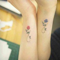 tatuaggi-scritte-florealo-rose-coppia-amicizia-eleganti-colorati-rosso-e-blu