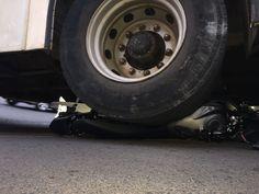Moto vai parar embaixo de ônibus na Floriano Peixoto -     (Imagens Acontece Botucatu)  As imagens são impressionantes. Uma moto foi parar embaixo de um ônibus na Avenida Floriano Peixoto, um dos pontos mais movimentados do trânsito em Botucatu.Apesar disso, o motociclista não ficou ferido.  Ele seguia sentido Vila dos Lavr - http://acontecebotucatu.com.br/policia/moto-vai-parar-embaixo-de-onibus-na-floriano-peixoto/