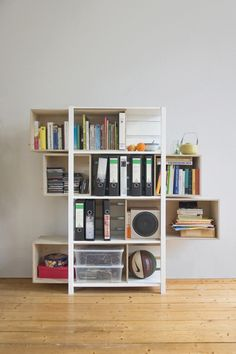 A small cabinet that adapts to your needs. As you fill it up and run out of space, you can extend it to make more space and store more. It was designed by Yi Cong Lu, a designer from Germany.