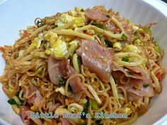 Stir fried drunken noodle with ham and bamboo shoot.