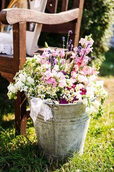 Schönheit kann so simpel und pur sein. Das erinnert mich daran, wie ich als Mädchen über saftige Blumenwiesen gelaufen bin...