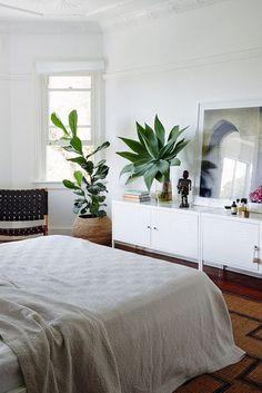 Contraste armoire mi-hauteur indus blanche Ikea + moulures au plafond