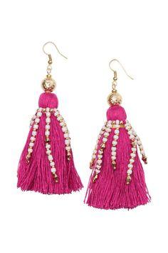 Orecchini con nappine: Orecchini in metallo decorati con una grande nappina in tessuto e fili di perline in vetro e plastica.  Lunghezza 10 cm.