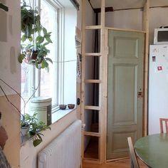 Skafferiet har en dörr! Närmare bestämt den dörr som vi hitta i vedbon…