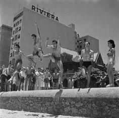 Rapazes na praia de Copacabana