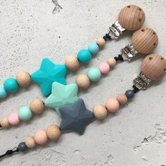 Attache tétine personnalisé /idée cadeau /pacifier clip/gift for baby/attache suce Beaded Necklace, Beaded Bracelets, Clip, Knit Crochet, Knitting, Etsy, Jewelry, Gift Ideas, Handmade Gifts