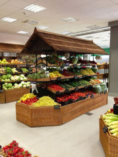 Supermarket design, fruit shop и vegetable shop. Fruit And Veg Shop, Boutique Bio, Vegetable Shop, Vegetable Storage, Vegetable Carving, Produce Displays, Shop Shelving, Shop Fittings, Farm Shop
