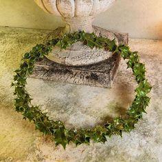 Så bliver det ikke nemmere! Kristtjørnblade limet på en metalkrans med en limpistol og pyntet med glimmer #jul #christmas #clausdalby