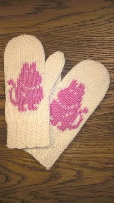 This Pin was discovered by Юли Knitted Mittens Pattern, Knit Mittens, Knitted Gloves, Baby Knitting Patterns, Knitting Socks, Stitch Patterns, Knitting For Kids, Wrist Warmers, Hand Warmers