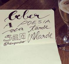 """Ah um gole poético da tarde... Sempre com boas companhias.  Amém. / """"Beber a poesia da tarde sem alarde"""" // #boatarde #bebida #beber #gole #drink  #mensagem #frases #love #life #vida #design #amazing #amor #pensamentos #instadaily #poema #art #instagood #inspiration #illustration #handmade #me #caligrafia #lettering #poesia #decor #quadro #reenquadro"""