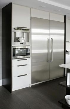 Stainless steel appliances contrast against white cabinetry. Also integrated ap… Stainless steel appliances contrast against white cabinetry. Also integrated appliances (built into kitchen area). Classic Kitchen, New Kitchen, Kitchen Time, Kitchen Ideas, Minimal Kitchen, Kitchen Layout, Kitchen Inspiration, Rustic Kitchen, Kitchen Dining