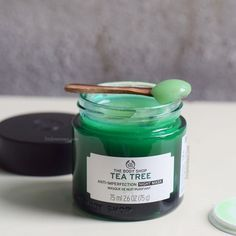 What the brand says: Wake up to clearer-looking skin! This fresh and breathable Tea Tree Anti-Imperfection Night Mask is specifically formulated to care for oily skin and imperfections while you sleep. Infused with salicylic acid and Community Trade tea t The Body Shop, Body Shop Tea Tree, Body Shop At Home, Mask For Oily Skin, Oily Skin Care, Skin Care Regimen, Skin Care Tips, Dry Skin, Skin Tips