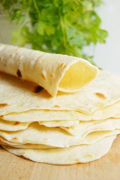 Domowe tortille pszenne (4 składniki) - Wilkuchnia Veggie Recipes, Veggie Food, Grilling, Rolls, Food And Drink, Veggies, Pizza, Ale, Yummy Food