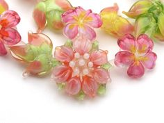 Glass Beads - Hands Made - WOW Love the use of transparents Glass Flowers, Beaded Flowers, Glass Jewelry, Glass Beads, Bead Crafts, Lampwork Beads, How To Make Beads, Bead Art, Making Ideas