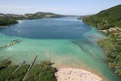 Lac de Paladru:  5ème plus grand lac naturel de France. Exceptionnel par la beauté de son environnement et de ses eaux cristallines, c'est une escale propice à la baignade. Depuis peu, le Bois d'Amour, zone piétonne au calme en bordure de l'eau, a fait l'objet de travaux de réaménagement.  Il offre donc un nouvel espace idéal pour flâner au bord de l'eau, profiter du panorama ou encore pique-niquer !