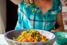 Couscous is heerlijk. Je kan het mengen met de groenten naar keuze of kruiden naar smaak. Serveer het koud of warm, met een stukje vlees of vis of gewoon vegetarisch, het kan allemaal! Smakelijk!
