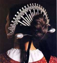 Raggera or Sperada, traditional folk costume of Lombardy, Italy Italian Hair, Italian Girls, Italian Women, Old Hairstyles, Traditional Hairstyle, Italian Outfits, Folk Costume, Hair Ornaments, Headdress