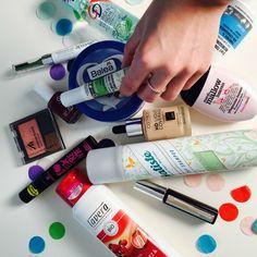 Gut und günstig! Klingt so abgedroschen, aber jaha, wir kaufen unsere Beauty-Produkte gern in der Drogerie. Und verraten euch deshalb auch