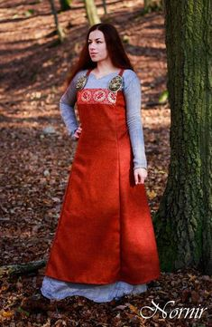 Woolen apron dress in orange wool, decorated with brocade, handsewn. Made to order (I´ll send you sketch with measurements) Available as handsewn or as machine and handsewn :) Viking Garb, Viking Dress, Medieval Dress, Viking Clothing, Historical Clothing, Maxi Skirt Winter, Viking Designs, Viking Woman, Apron Dress