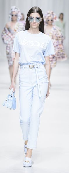 Versace Spring-summer 2018 - Ready-to-Wear Fashion 2018, Fashion Week, Girl Fashion, Fashion Outfits, Womens Fashion, Fashion Design, Versace Designer, Collection Couture, Best Casual Outfits