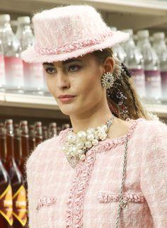 Les grappes de perles de Chanel http://www.vogue.fr/joaillerie/tendance-des-podiums/diaporama/fashion-week-automne-hiver-2014-2015-tendances-bijoux-fw14/17758/image/979234#!tendances-bijoux-fashion-week-automne-hiver-2014-2015-chanel