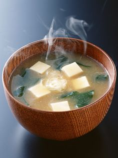 Sopa de miso es muy bueno. Es uno de mis favortios. Tiene el queso de soja y alga y aveces fiedos.