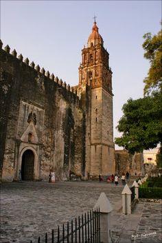 Edificios coloniales en #Cuernavaca, #Morelos. Un destino lleno de historia, leyendas y cultura.