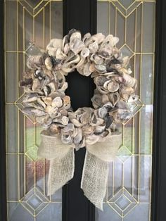 Gorgeous Oyster Wreath! Oyster Shell Crafts, Oyster Shells, Sea Shells, Seashell Projects, Seashell Crafts, Easter Wreaths, Holiday Wreaths, Diy Wreath, Burlap Wreath