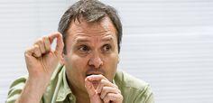 """""""A visão do precipício"""" começou para o PT e seus asseclas, como se lê nesta entrevista do cientista político Octavio Amorim Neto, professor da Fundação Getúlio Vargas do Rio de Janeiro."""