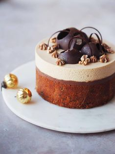 Banana cake with milk chocolate ganache & caramel mousse Sweets Recipes, Baking Recipes, Cake Recipes, Snack Recipes, Snacks, Zumbo Desserts, Diy Dessert, Naked Cakes, Danish Food