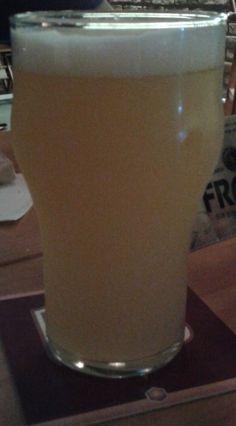 Cerveja Canudos, estilo Saison / Farmhouse, produzida por Cervejaria Motim, Brasil. 6.6% ABV de álcool.