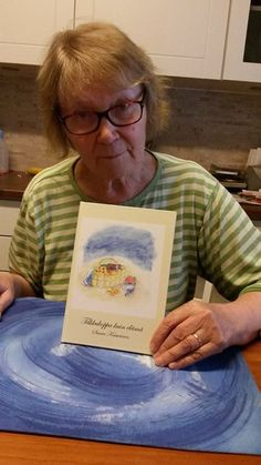 """Posiolainen Saara Kasurinen (75) on julkaissut omakustanteena ensimmäisen runokirjansa. Runokokoelman """"Tilkkukoppa kuin elämä"""" kuvitus ja taitto ovat myös Saaran käsialaa. Saara Kasurisen kirjan voi hankkia tekijältä itseltään tai Ingan Tuvasta. Hinta 15 €. #runot #kirjallisuus #Lappi"""