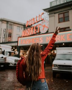 Seattle Instagram Spots: Pike Place Market is probably one of the most popular Seattle photo spots. This photo by @meaganfaye was taken on a rainy day in Seattle, outside of Pike Place Market, one of the most instagrammable spots in Seattle, Washington. Seattle Vacation, Seattle Travel, Spring Vacation, Seattle Pike Place Market, Seattle Coffee Shops, Seattle Pictures, Seattle Street, Seattle Photography, Travel Hairstyles