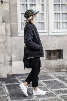 Camille Callen is rocking an all-monochrome spring style here, embracing her individuality in a quilted bomber jacket, a peaked cap, and a pair of fresh white sneakers. This style is not only pleasing to the eye, but is ultra comfortable too! Shirt/Trousers: Mango, Bomber: Missguided, Sneakers: Reebok, Bag: IKKS.