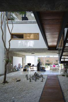Japanese-inspired modern house interior Residência M&M / Bonina Arquitetura Patio Interior, Interior And Exterior, Room Interior, Residential Architecture, Interior Architecture, Installation Architecture, Design Exterior, Courtyard House, Modern Design