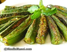 Dhaas bhindi is Sindhi style Okra stuffed with garlic and spices and pan fried Okra Recipes, Cooking Recipes, How To Cook Okra, Good Food, Yummy Food, Indian Food Recipes, Indian Snacks, Alkaline Foods, Indian Dishes
