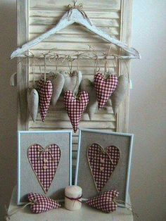 Love the rustic country look of the linen and checkered fabric hearts Valentines Day Decorations, Valentine Day Crafts, Holiday Crafts, Christmas Crafts, Valentine Wreath, Vintage Valentines, Country Crafts, Country Decor, Fabric Hearts