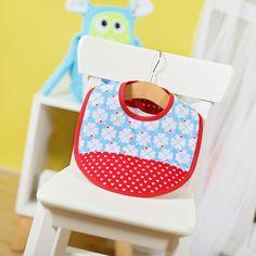 Ein praktisches selbstgemachtes Babygeschenk: Lätzchen nähen für Babys aus weichen, bunten Stoffen mit dem kostenlosen Lätzchen Schnittmuster und der Video Nähanleitung von kullaloo. Hol dir das Lätzchen Freebook!