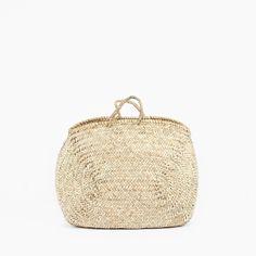 Umweltfreundlich, natürlich und äußerst praktisch, diese Korbtaschen werden in Marokko mit Fasern aus der Doum-Palme, die in ländlichen Gebieten wild wächst und von den Einheimischen geerntet wird, und unter fairen Bedingungen handgefertigt.Einfach und dennoch schön gestaltet hat dieser Korb viele Einsatzmöglichkeiten – als Einkaufskorb und als Sommertasche oder rund ums Haus als Aufbewahrungskorb für Brennholz, Kinderspielzeug, Zeitschriften oder Strickwolle.Ovale Korbtasch...