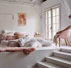 30 inspirations déco pour la chambre : ♡ On aime : Le rose poudré par touches + Le lit posé à même le sol