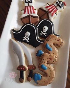 Pirate birthday party cookies. Party food ideas. Pirate Birthday Cake, Pirate Cupcake, Birthday Cookies, Pirate Halloween, Halloween Birthday, 4th Birthday Parties, 5th Birthday, Pirate Food, Pirate Theme