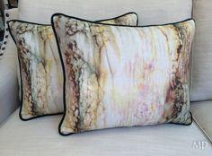 Cojines de lino con un estampados de manchas de colores acabado con un cordoncillo de terciopelo verde. Aporta a tu sofá lo que necesita #MDLolaHerrán #Sevilla #Decoración #interiorismo #asesoramiento #telas #fabrics #personalizado #linos #cojines