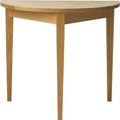 Norrgavels Bord halvcirkel är ett tidlöst bord som utan att göra stort väsen av sig tillför rummet mycket. Passar utmärkt som förlängning av Bord BAS.