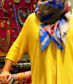 🛍 C'est le moment de porter un carré XXL 100% laine aux jolies touches colorées… Le carré Shôgun est fait pour vous ! A l'approche du week-end, rien de mieux que de prévoir une session shopping entre copines, faites un tour dans nos boutiques ! Bon WE à toutes 💕 🇺🇸 It's time to wear a perfect oversized wool square scarf with beautiful colorful graphic touches: Shôgun square scarf is the must-have for your wardrobe this season! #diwaliparis #eshop #stores #paris #pfw #shopping #colorful…